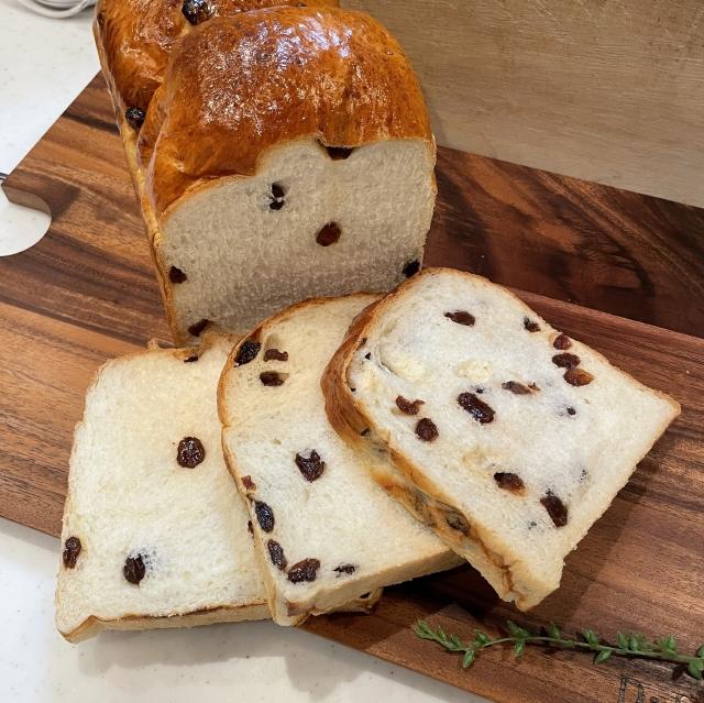 たっぷりレーズンのふわふわ山型食パン
