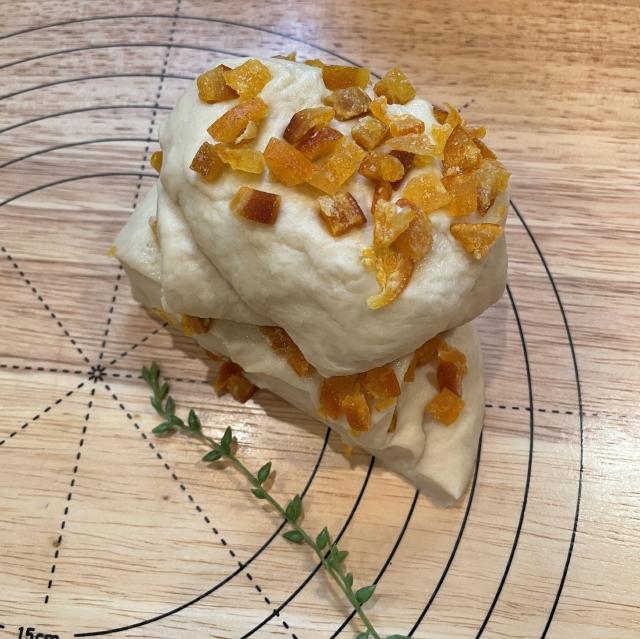 爽やかオレンジの酸味と甘みが広がるワンノットオレンジピールパン4