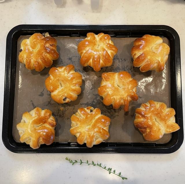 ブリオッシュ型で焼く王冠形が面白いチョコバナナクリームパン10