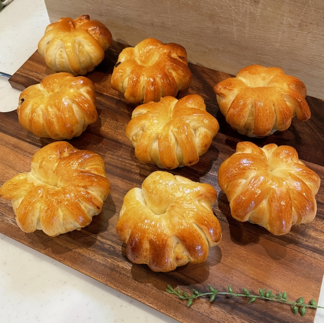 ブリオッシュ型で焼く王冠形が面白いチョコバナナクリームパン